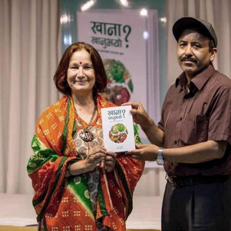 पोषणविद् डा. अरुणा र लक्ष्मण अधिकारी आफ्नो पुस्तक 'खाना खानुभयो ? का साथ ।