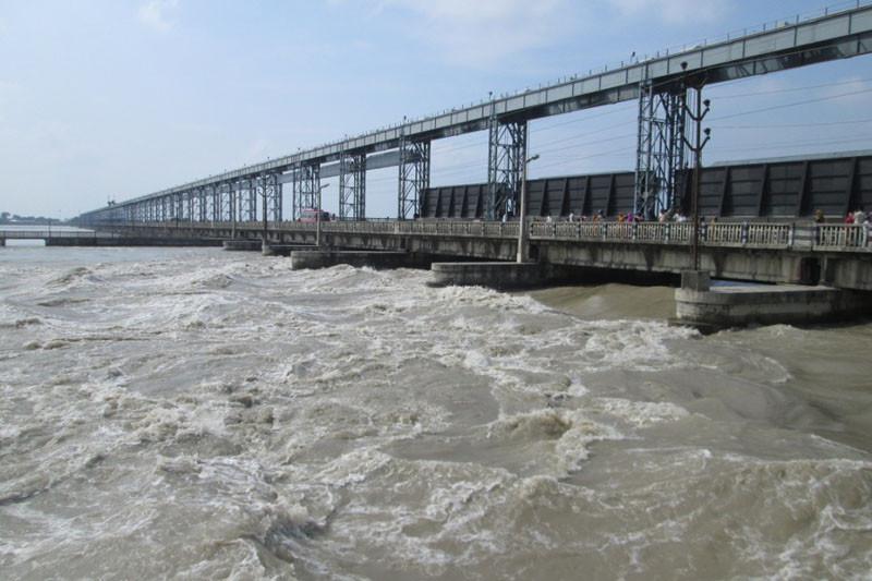 ठूला नदी केन्द्रका, मझौला प्रदेशलाई, सानाको स्वामित्व स्थानीय तहमा