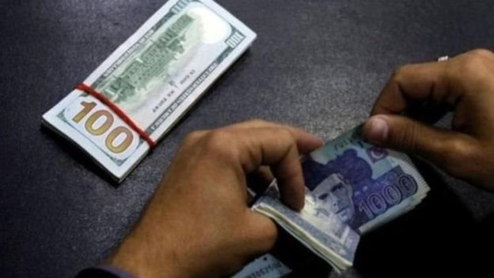 पाकिस्तानी रुपैयाँको मूल्य घटेको घट्यै