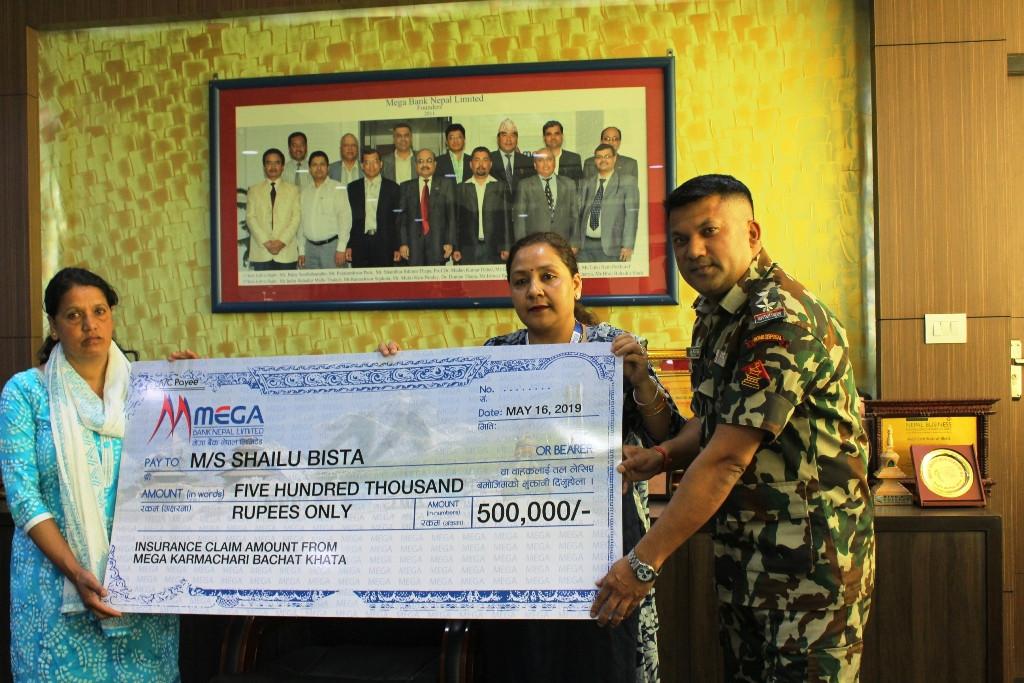 दिवंगत सेनाका परिवारलाई मेगा बैंकले दियो बिमाबापत ५ लाख रुपैयाँ