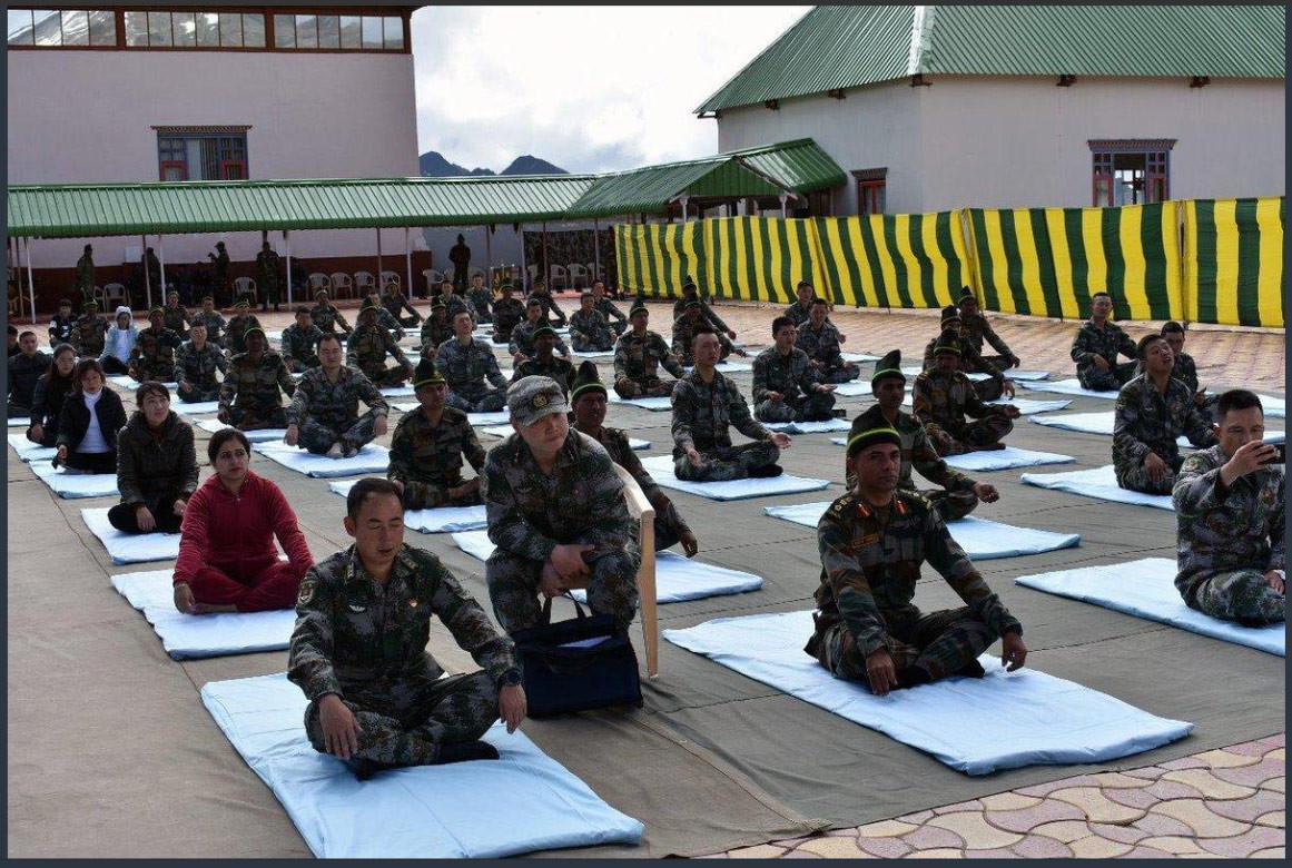 चिनियाँ र भारतीय सेनाले सीमानामा सँगै गरे याेगाभ्यास