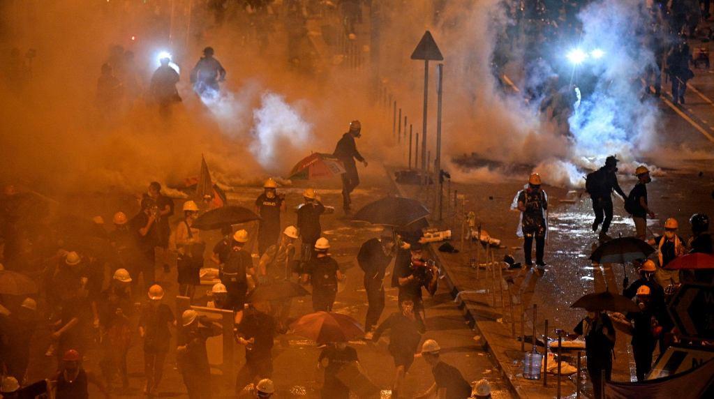हङकङमा हिंसात्मक झडप, पेट्रोल बम र पानीको फोहरा प्रहार