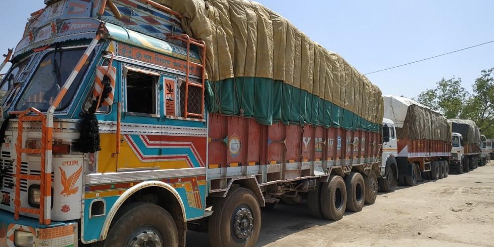 आँप बोकेर ल्याएको भारतीय ट्रकमा आगजनीको प्रयास