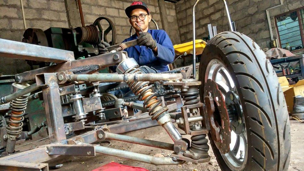 बुटवलका युवाले बनाए ब्याट्री र पेट्रोलबाट चल्ने 'हाइब्रिड कार'