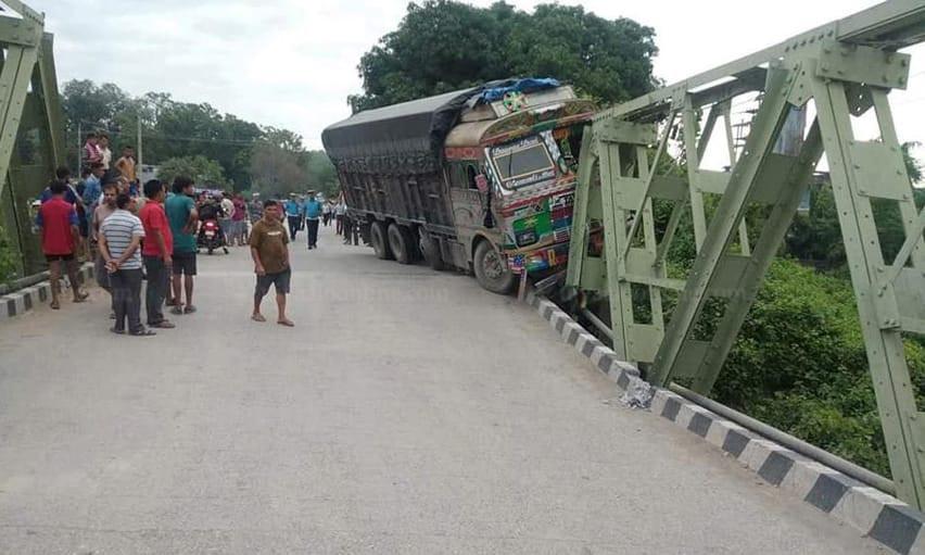 अरुणखोला पुलमा ट्रक ठोक्किँदा पुल भाँचियो, पूर्वपश्चिम राजमार्ग अवरुद्ध
