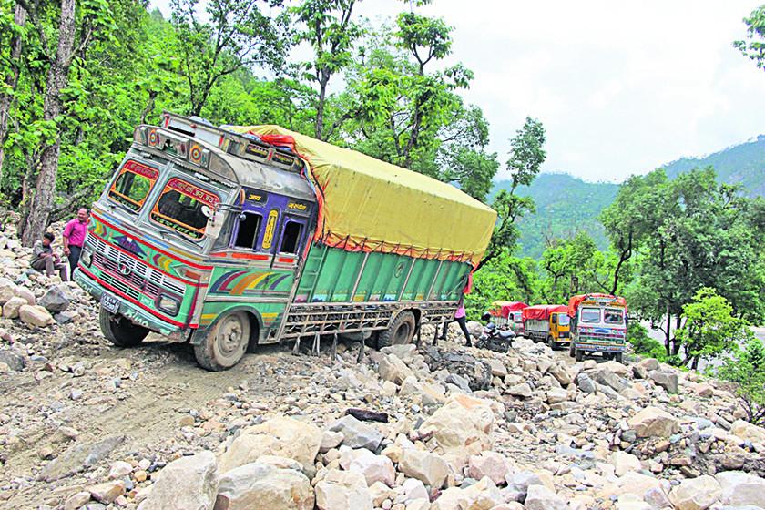 स्थानीय सडकले कर्णाली राजमार्ग अस्तव्यस्त