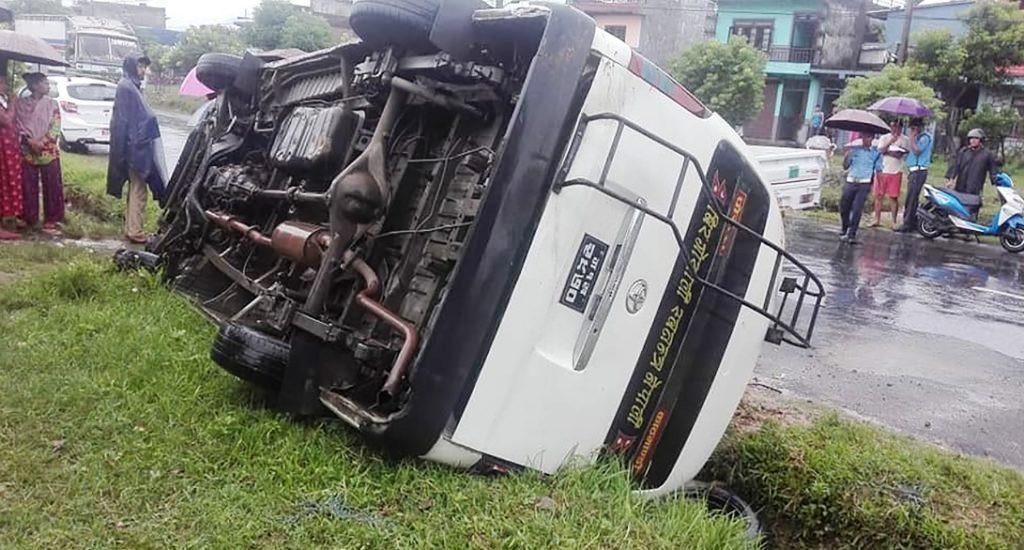 पोखराबाट दमौलीतर्फ जाँदै गरेको माइक्रो बस दुर्घटना