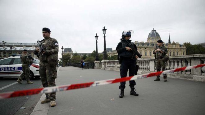 पेरिसमा आफ्नै कर्मचारीले गरे चार प्रहरीको हत्या