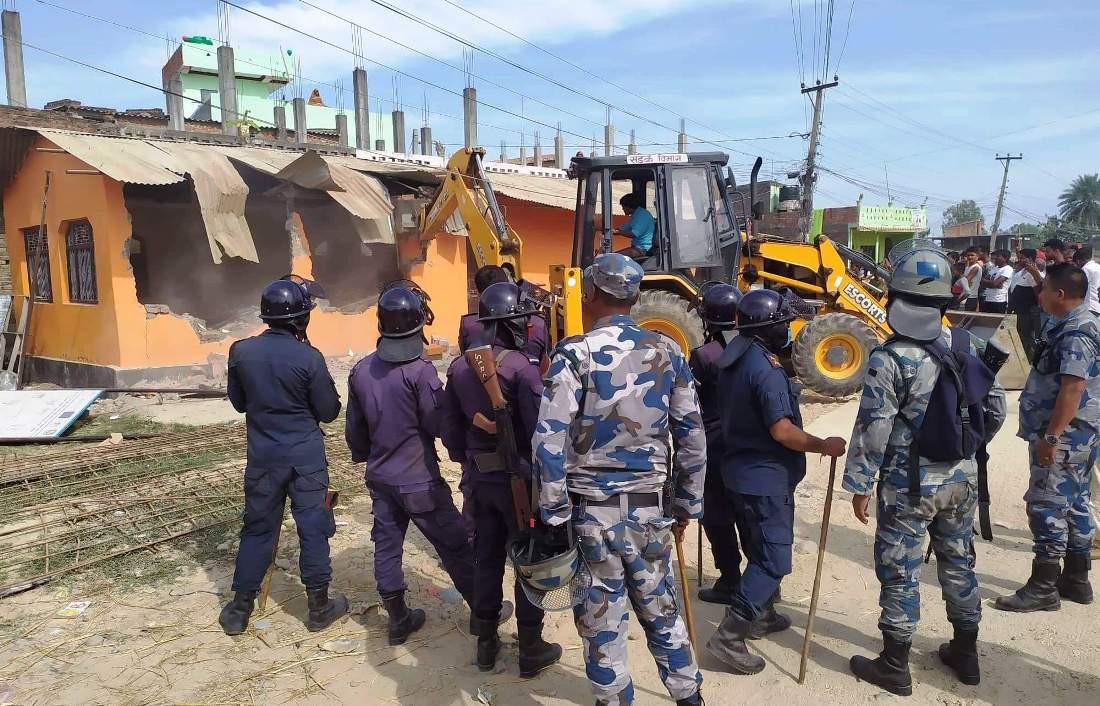 जनकपुर– २१ को वडा कार्यालयमा लगाइयो डोजर