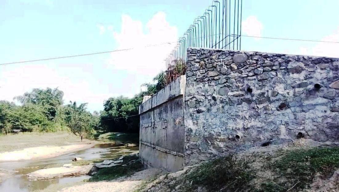 बक्राहाको पुल निर्माण कार्य बीचमै छोडेर पप्पु बेपत्ता