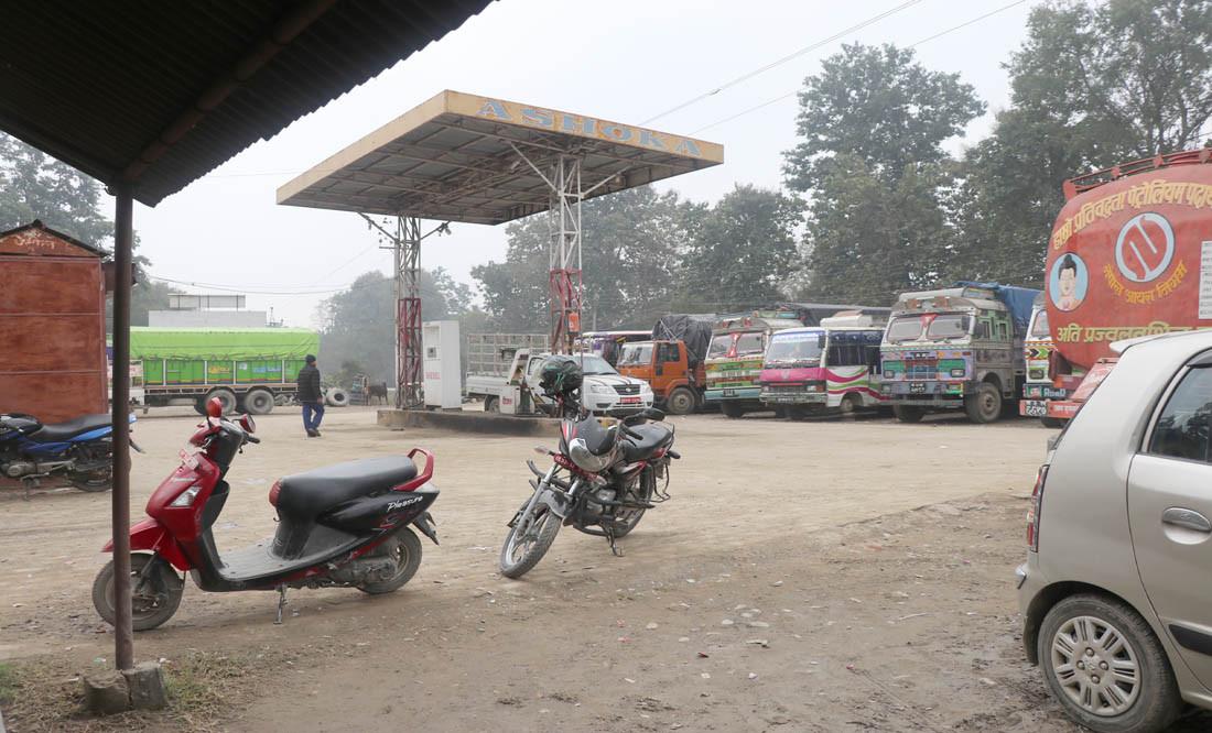विद्यालयकाे जग्गामा पेट्रोल पम्प