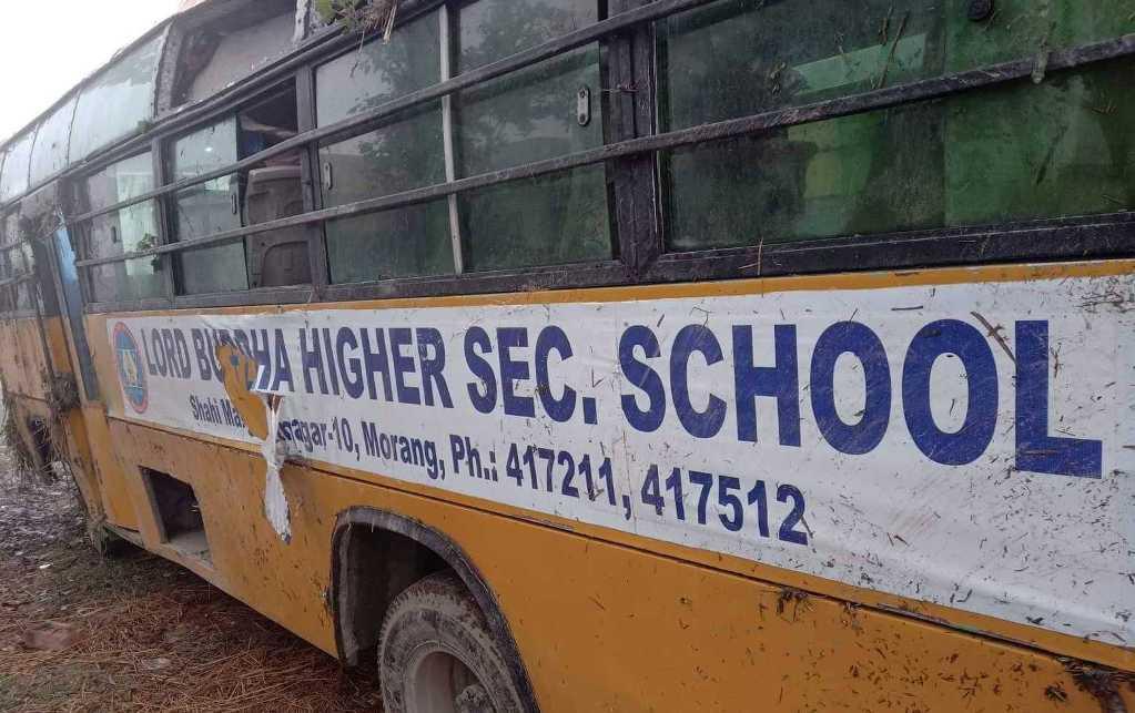 स्कुल बस दुर्घटना हुँदा सह–चालकको मृत्यु, ११ विद्यार्थी घाइते