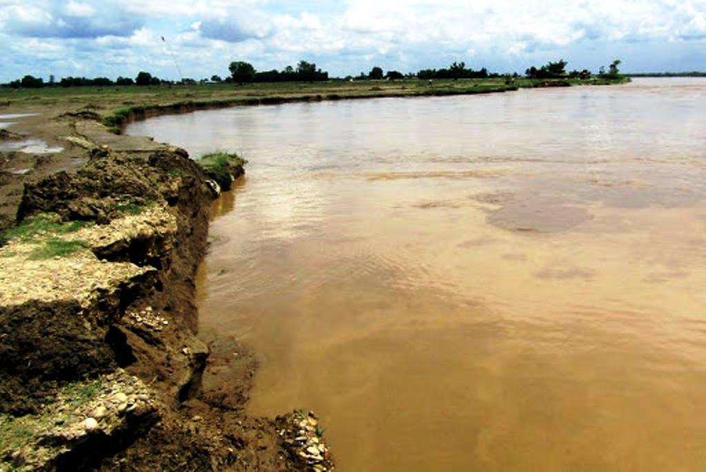 राप्तीकाे  बाढीबाट ३ सय गाउँ जाेगाउन ७६ करोडको तटबन्ध निर्माण हुँदै