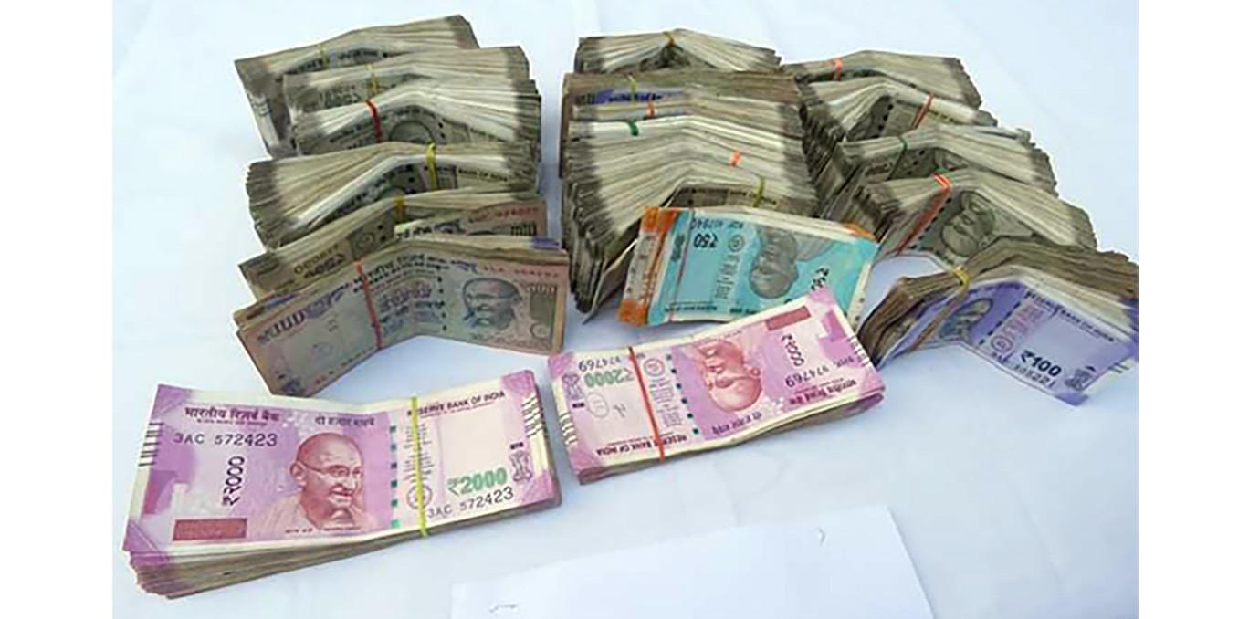 ९ लाख ९९ हजार भारतीय रुपैयाँसहित १ जना पक्राउ