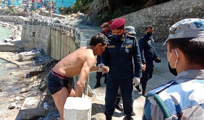 स्थलमार्ग राेकिएपछि महाकालीमा पौडिँदै नेपाल छिरे १ युवक
