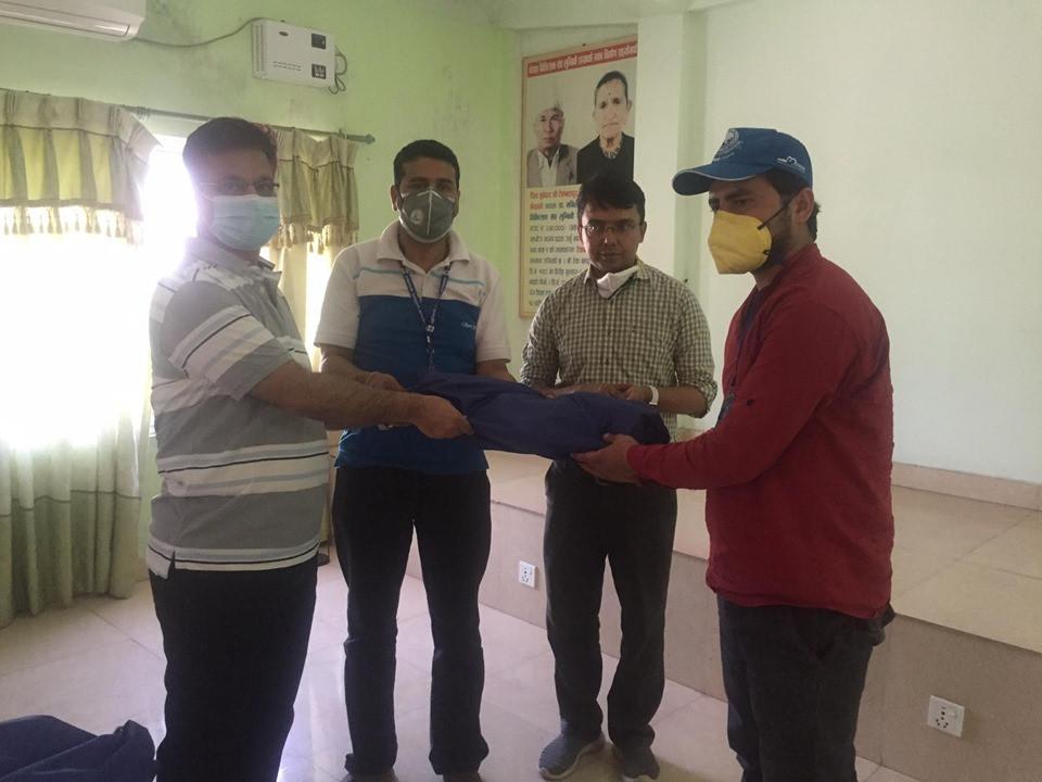चिकित्सक संघ लुम्बिनी शाखाद्वारा एम्बुलेन्स चालकलाई पीपीई सहयोग