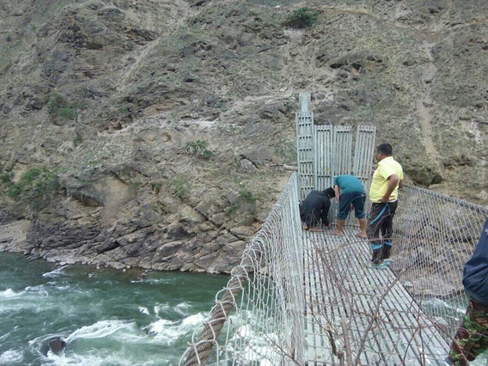 कोरोना त्रास : कर्णालीमाथि बनेका सबै पुलमा तारबार