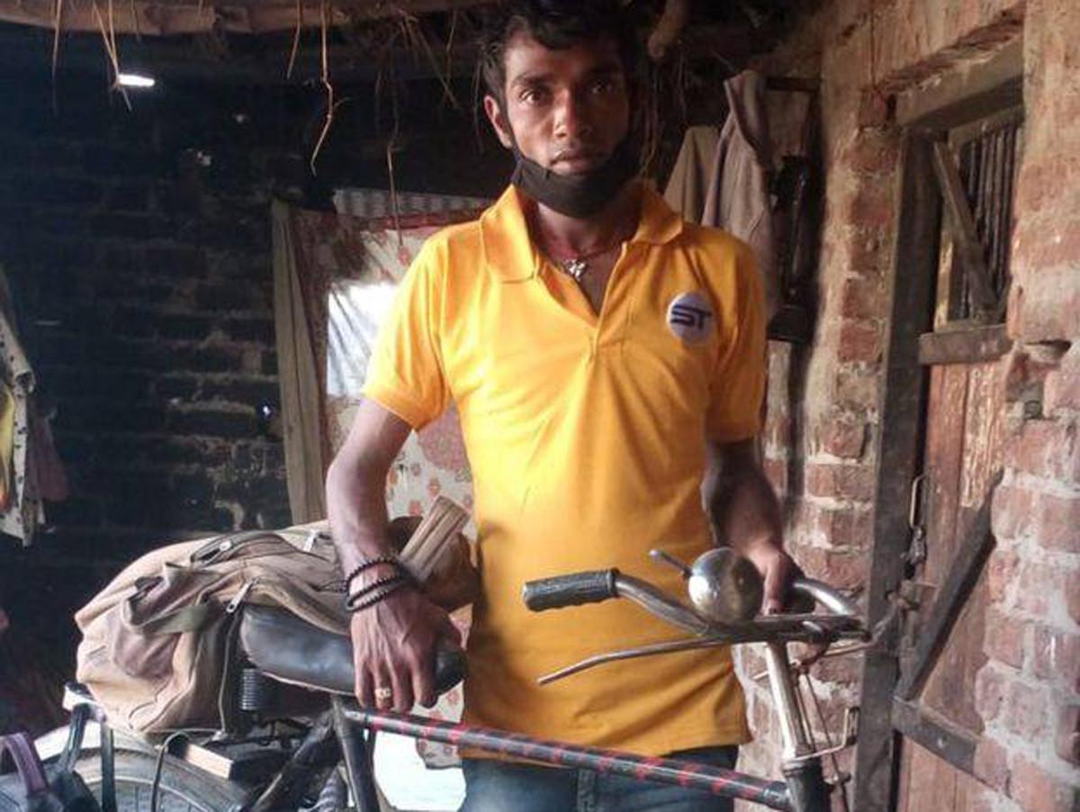 कोरोनाको कहरः साइकलमा श्रीमती, गोजीमा १२० रुपैयाँ बोकेर ७५० किमी यात्रा