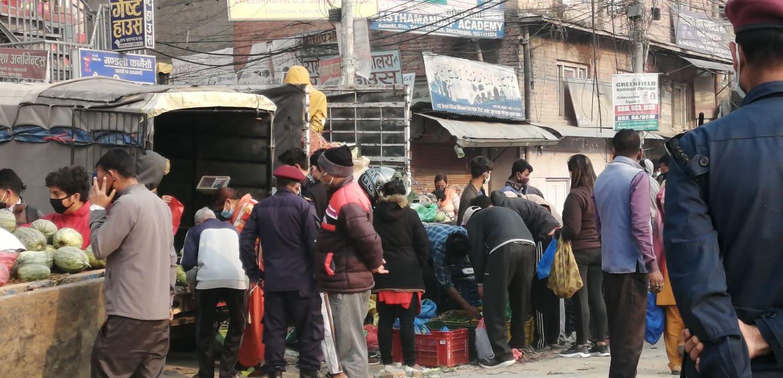 काठमाडौंको तरकारी बजारमा मानिसकाे भीड (फोटो फिचर)