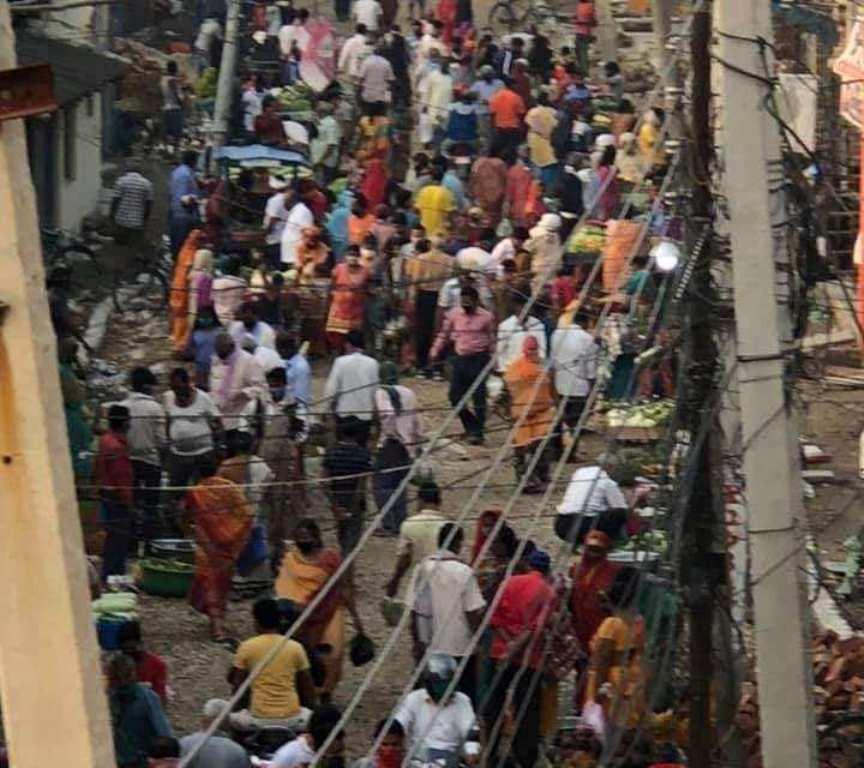 लकडाउनको अवज्ञा गर्दै जनकपुरमा एकाबिहानै मानिसको भीड (फोटोफिचर)