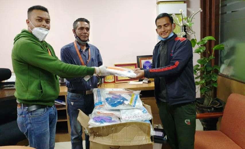 सेञ्चुरी बैंककाे २० थान पीपीई सहयोग रुकुमको चौरजहारी अस्पताललाई