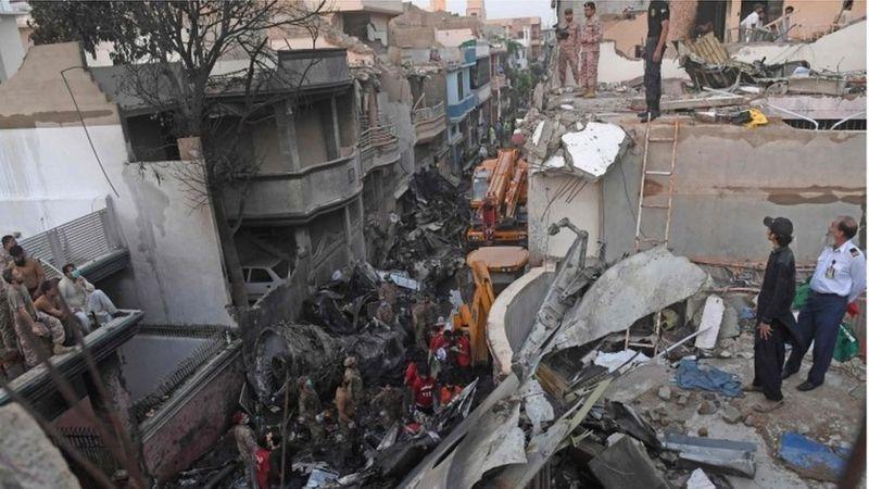 पाकिस्तानमा विमान खस्दै गरेकाे सीसीटिभी फुटेज