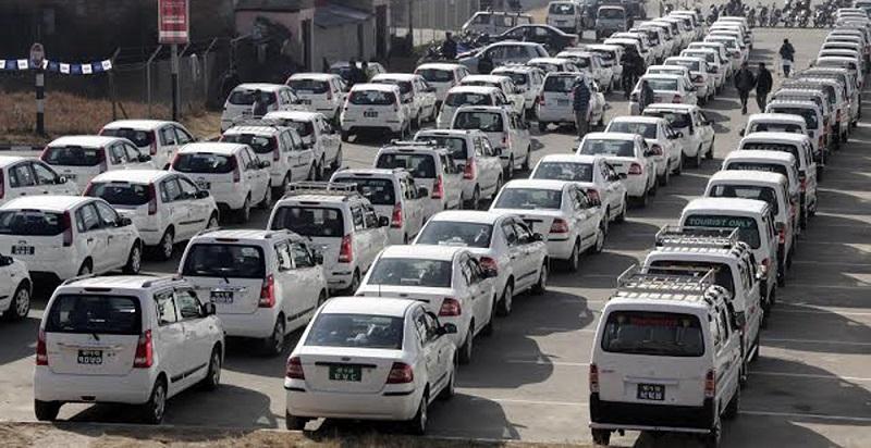 ट्याक्सीचालकको प्रश्न : सरकार हामी भोकै मर्नू ?