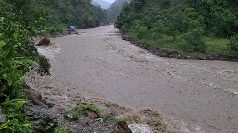 तमोर नदीले बगाएर ३ युवक बेपत्ता